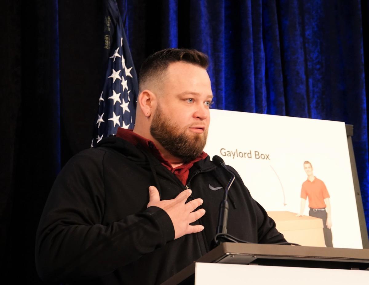 卡車司機傑西·摩根(Jesse Morgan)在新聞發佈會上講述了10月21日他親身經歷的一系列不尋常的事件。(亦平/大紀元)