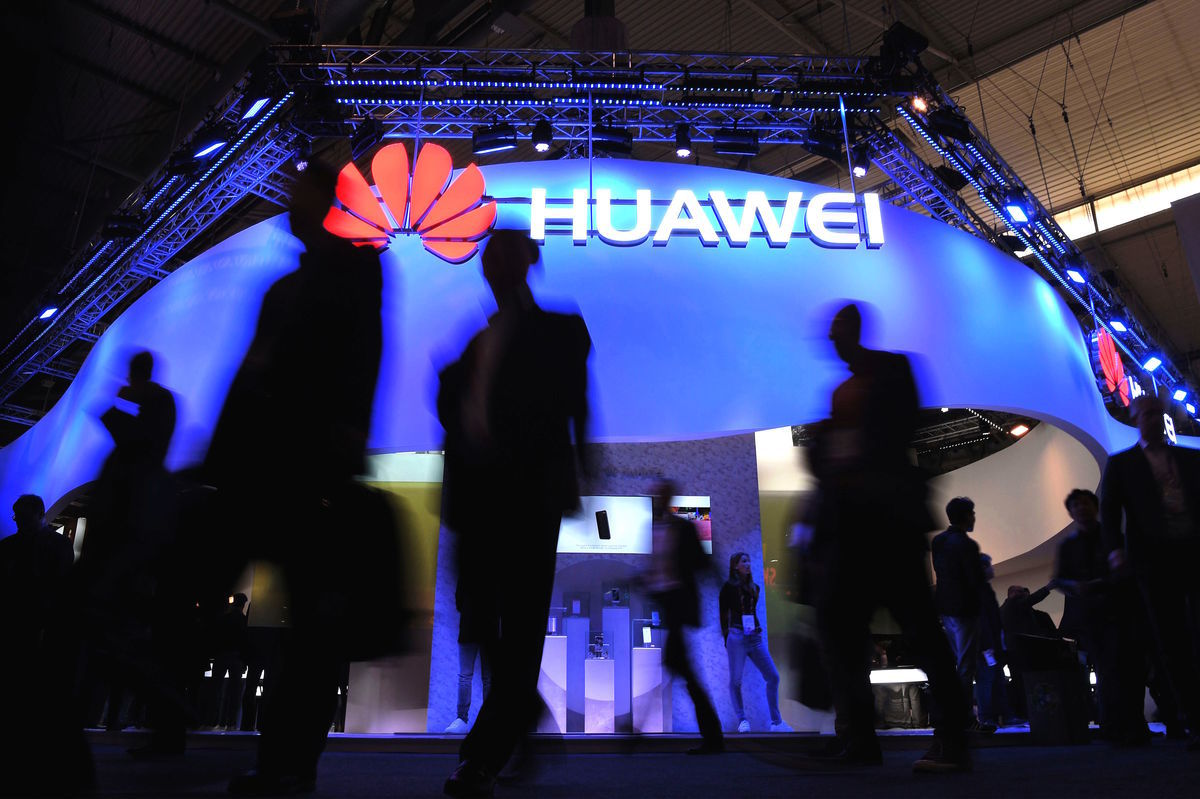 華為是全球最大電信設備製造商,但被多國指控涉嫌為中共竊取數據與機密。(LLUIS GENE/AFP/Getty Images)