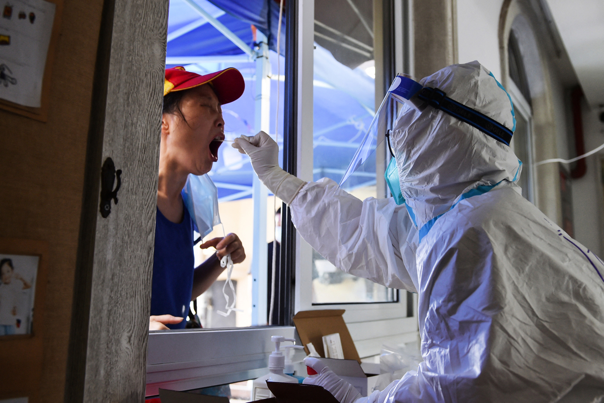 8月2日,江蘇省南京市一位民眾在接受核酸檢測的採樣。(STR/AFP via Getty Images)