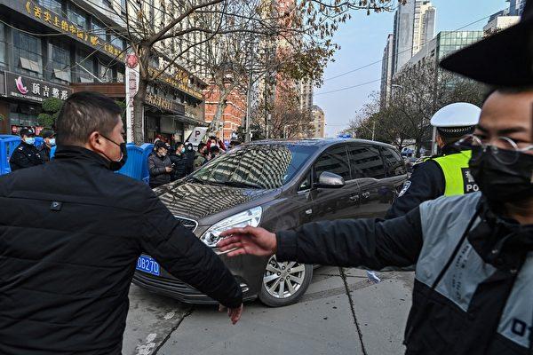 2月1日,世衛專家小組的車隊到達湖北省疾病預防控制中心,調查中共病毒的來源。(HECTOR RETAMAL/AFP via Getty Images)