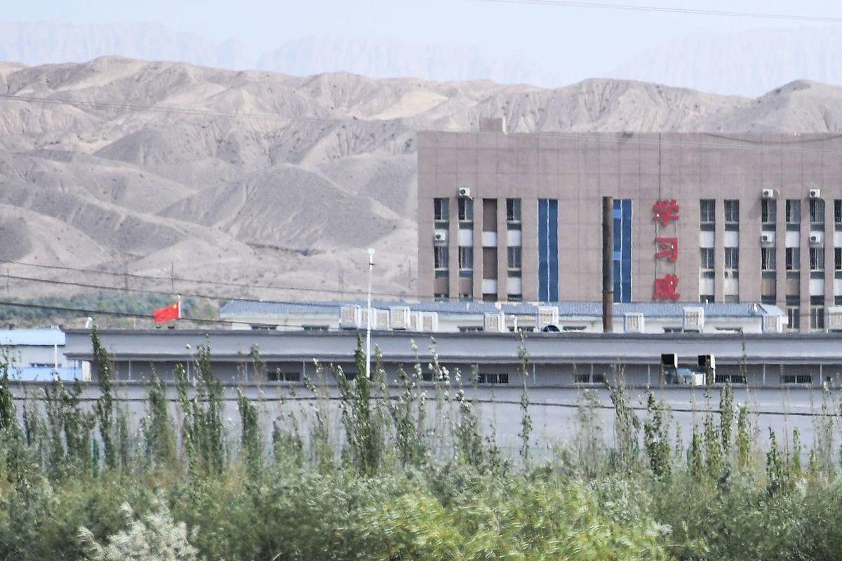 為禁止進口來自新疆以及中國其它地區的奴工產品,澳洲聯邦參議院決定對《2020年海關修正案——禁止進口維吾爾奴工產品法案》進行議會聽證。圖為中國新疆地區喀什以北的阿圖什市職業技能教育培訓服務中心,該中心據信是關押大多數維吾爾人的再教育營。(GREG BAKER/AFP via Getty Images)