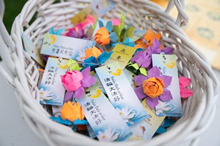 法輪功學員製作的彩色紙蓮花與吉祥護身符。(大紀元)