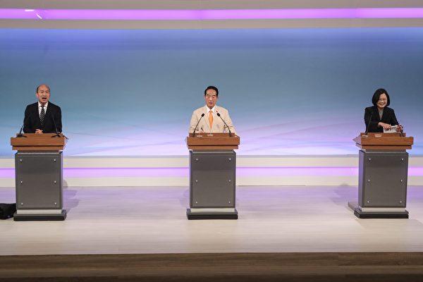 2020總統大選唯一一場電視辯論會29日下午登場,民進黨總統候選人蔡英文(右)、國民黨總統候選人韓國瑜(左)、親民黨總統候選人宋楚瑜(中)首度同台辯論。 (台北市攝影記者聯誼會提供)