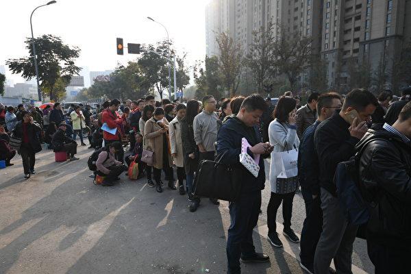 中共限價政策造成新房和二手房房價倒掛,一些城市人們排隊買房。圖為去年11月15日,南京幾千人排隊買房。(大紀元資料室)