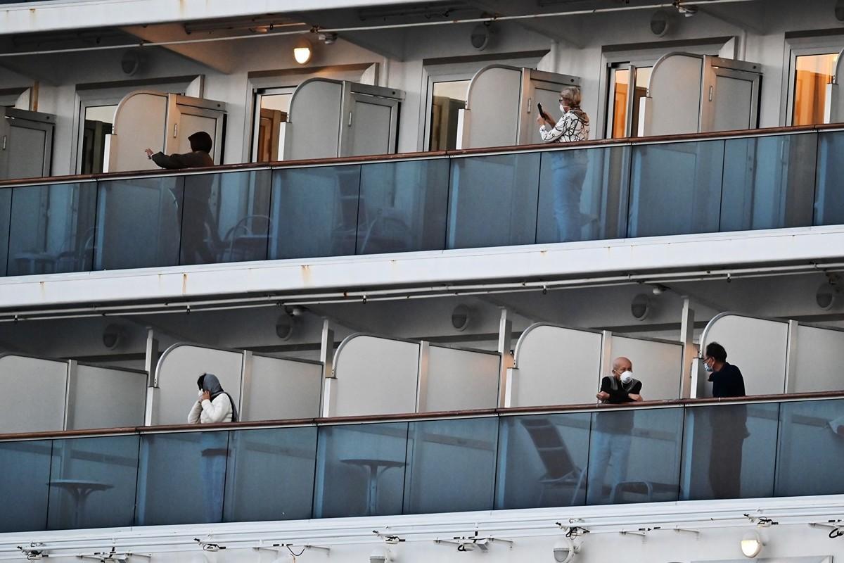 2月18日,停泊在橫濱大國碼頭的鑽石公主號遊輪。由於擔心中共病毒,人們仍處於隔離中。鑽石公主號已成為中共病毒的繁殖地,大約3,700人中至少確診了542個病例, 成為中國武漢之外的第二大全球群聚感染中心。(CHARLY TRIBALLEAU/AFP)