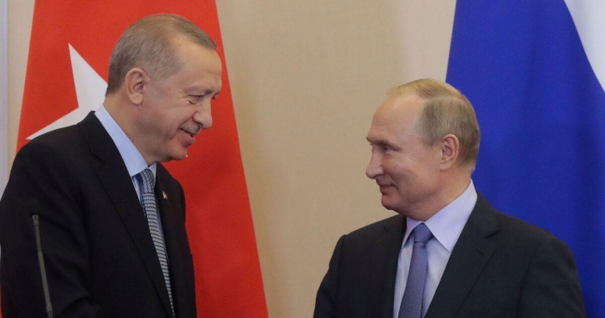 圖為2019年10月22日,俄羅斯總統弗拉基米爾·普京(右)和土耳其總統雷傑普·塔伊普·埃爾多安在黑海度假勝地索契舉行會談後的聯合記者招待會上握手。(Sergei Chirikov/AFP via Getty Images)
