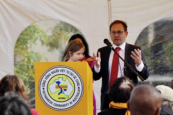 2021年3月6日,工黨聯邦議員穆利諾(Daniel Mulino)在「盆景蘭花展」開幕式上發言。(李奕/大紀元)