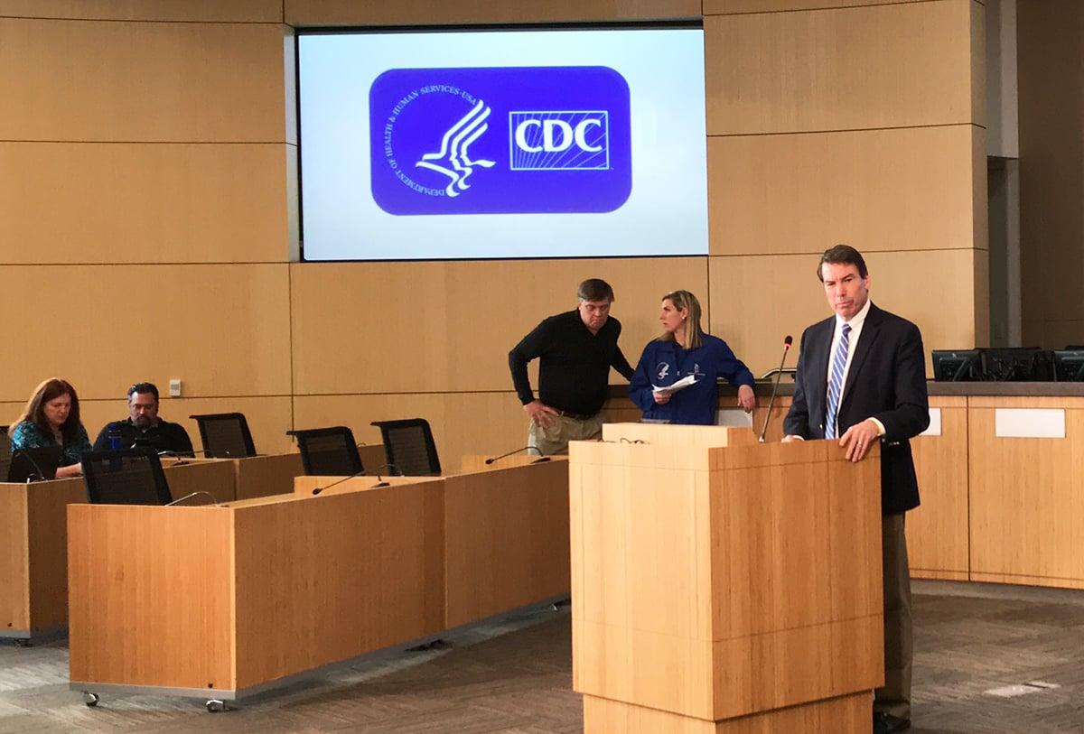 圖為2020年2月5日下午,米拉馬海軍陸戰隊航空站中的美國疾病控制與預防中心小組召開發佈會,組長克里斯・佈雷登醫生(Chris Braden)公佈包機返美公民的最新情況並回答媒體提問。(鄧舒語/大紀元)