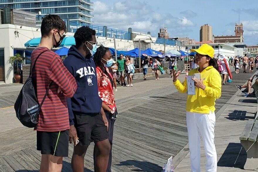 勞動節(2020年9月7日)新澤西部份法輪功學員來到海濱城市向遊客講大法真相。(鐘仁/大紀元)