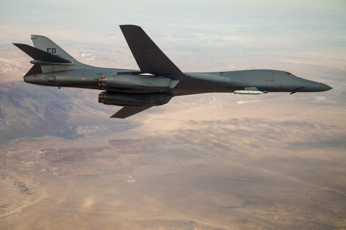 11月20日,美國空軍發表了一架攜帶「聯合空對地距外導彈」(JASSM)的B-1B槍騎兵轟炸機在加利福尼亞愛德華茲空軍基地上方的天空中飛行照片。該飛行演示了B-1B的外部武器運輸能力。(Ethan Wagner /US Air Force)