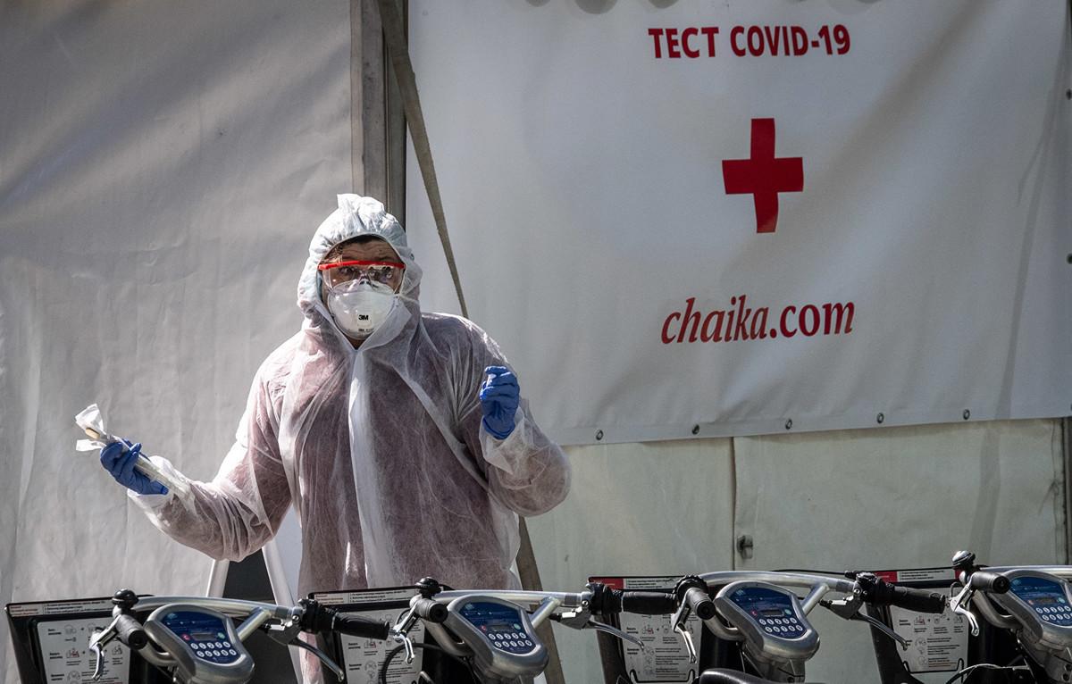 2020年5月2日,俄羅斯莫斯科,醫務人員在中共病毒檢測點附近拿著檢測試劑盒。(YURI KADOBNOV/AFP via Getty Images)
