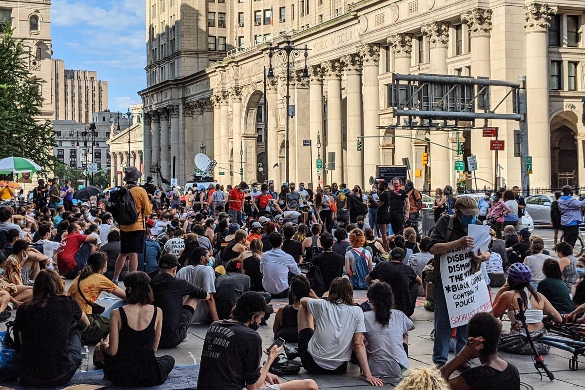 圖為BLM支持者2020年6月26日在紐約市政廳外圍聚會。(黃小堂/大紀元)