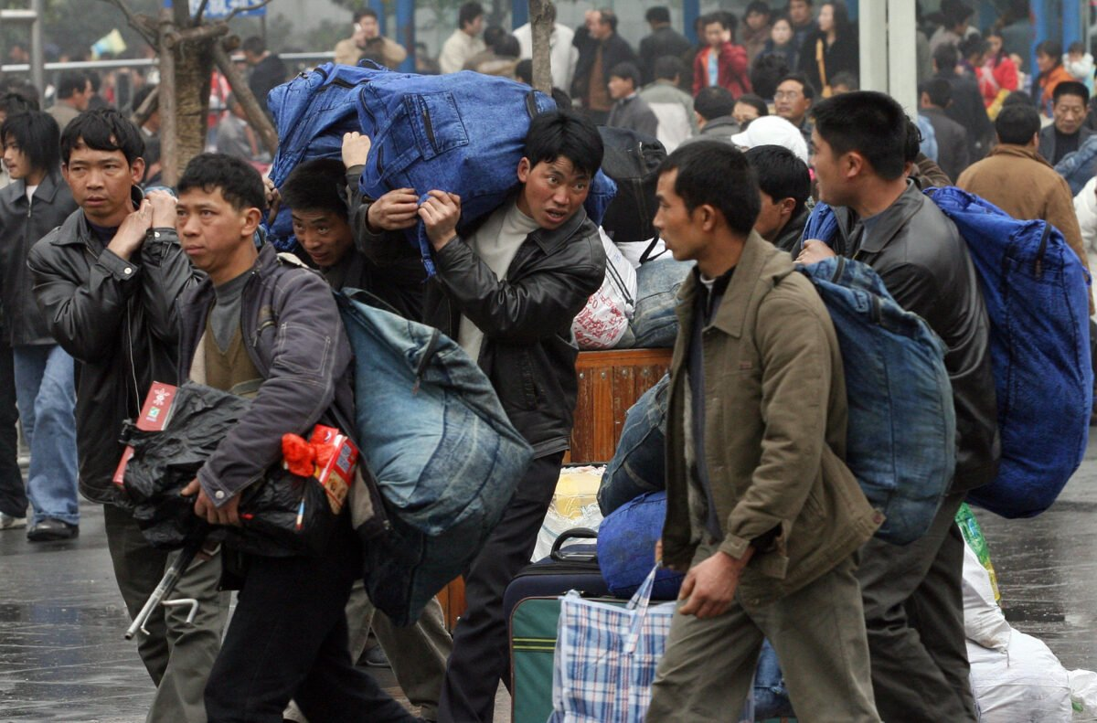 圖為2007年2月8日,中國農民工到上海站坐火車返鄉過新年。(Mark Ralston/AFP via Getty Images)