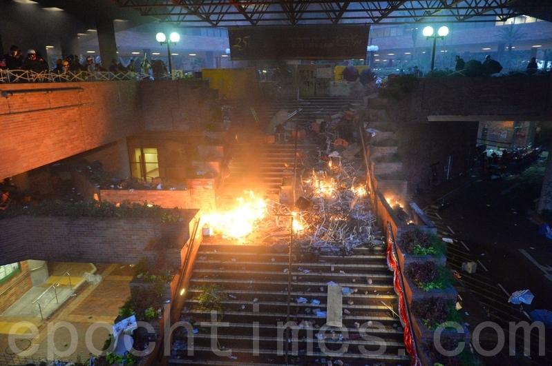 2019年11月18日凌晨,香港理工大學裏大火燃燒。(宋碧龍/大紀元)
