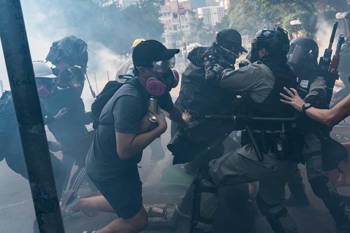 11月18日,被圍困香港理工大學的抗議者嘗試突圍,但警方狂發催淚彈,或抓捕抗議者。(Anthony Kwan/Getty Images)