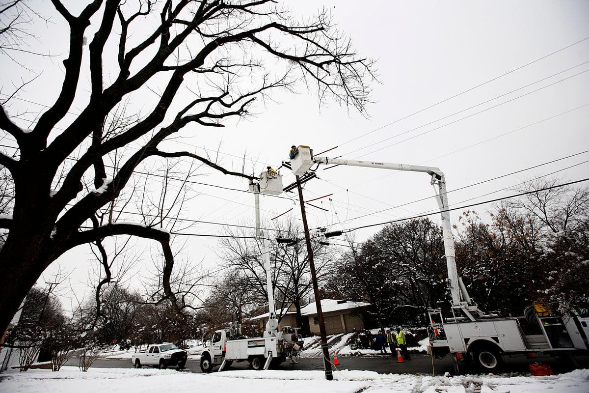 2010年2月12日,工作人員嘗試恢復德州達拉斯市的電力供應,前一夜突然降下超過10英吋的大雪,使該市大部份地區斷電。(Tom Pennington/Getty Images)