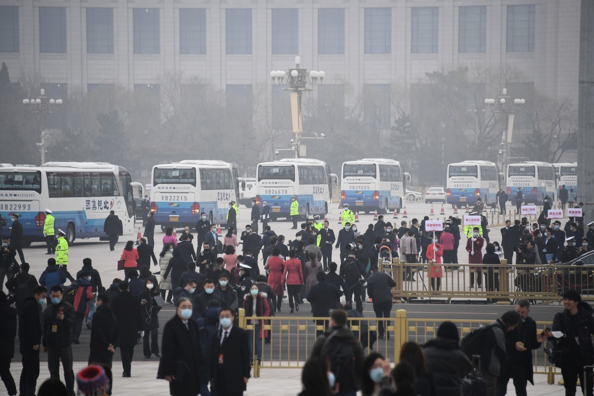 中共兩會之際,北京連續陰霾天。圖為3月5日北京人民大會堂外現場,可見陰霾天氣狀況。(LEO RAMIREZ/AFP via Getty Images)