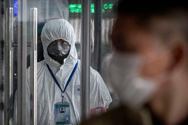 中共病毒(武漢肺炎)疫情在中共隱瞞下擴散全球。圖為北京火車站的防疫人員。(Kevin Frayer/Getty Images)