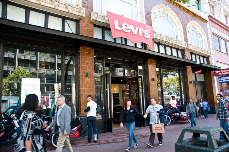 美國牛仔褲品牌李維斯(Levi's)關閉一半大陸門店,並暫停所有員工往返大陸旅行。圖為三藩市市場街(Market Street)的李維斯旗艦店。(曹景哲/大紀元)