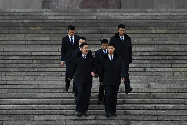 10月14日,中共中紀委官網發文貫徹六中全會精神的系列,其中否定了一些官員講政治就是「左」的觀念,進而引導官員要明白「講政治」是要維護「習核心」,服從領導。 圖為,北京人民大會堂外。(GREG BAKER/AFP/Getty Images)