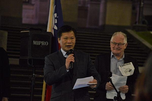 2021年7月1日晚,墨爾本《天安門時報》社長阮傑在「紀念全球共產主義受難者」集會上發言。(張博聞/大紀元)