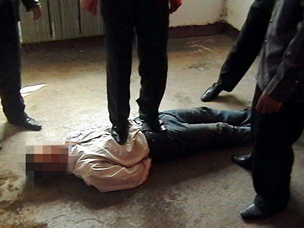 中共酷刑示意圖:踩踏。(明慧網)