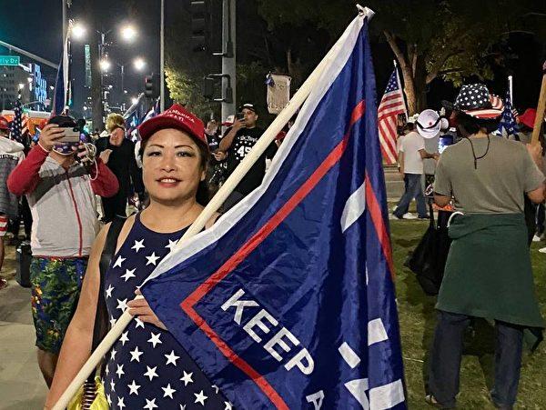 顏荔參加在新港海灘(Newport Beach)支持特朗普總統的活動。(顏荔提供)