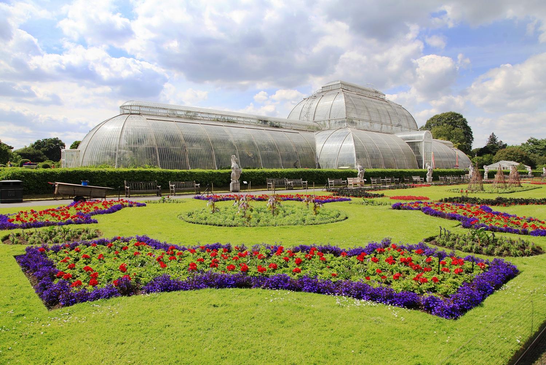 邱園內的棕櫚溫室外部景觀和花壇。(Shutterstock)