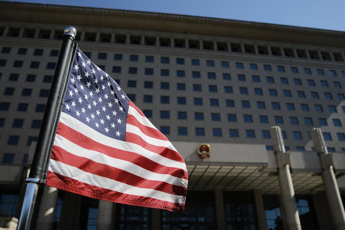 華爾街專家認為,美國必勝無疑,因為在商品和服務充足的世界中,美方佔據上風。(THOMAS PETER/AFP/Getty Images)