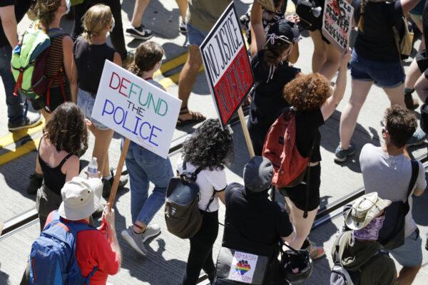 2020年8月5日西雅圖,示威者遊行要求「削減警察經費」。(Jason Redmond/AFP via Getty Images)