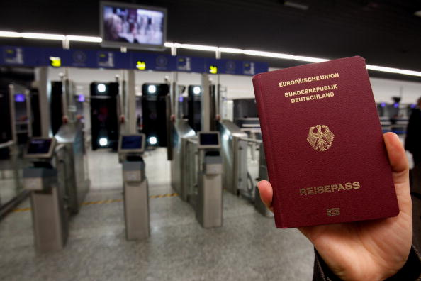 受疫情影響,很多國家限制邊境。根據最新排行榜,德國護照與其它五個歐洲國家共同奪得冠軍。(Alex Grimm/Getty Images)