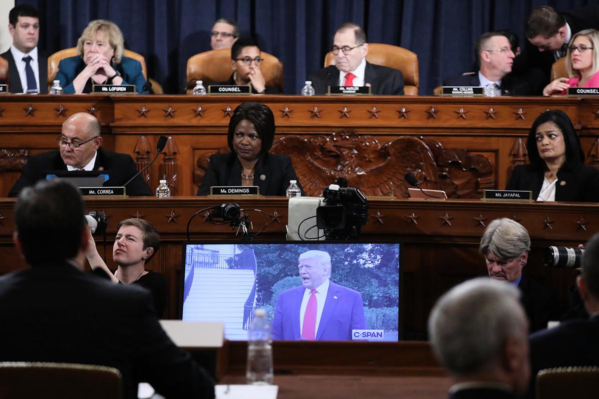 圖為美國眾議院司法委員會12月9日舉行的第二場彈劾總統調查聽證會,左一為委員會主席、民主黨眾議員傑瑞·納德勒(Jerry Nadler),右一為共和黨排名最前的眾議員道格·柯林斯(Doug Collins)。(Jonathan Ernst-Pool/Getty Images)