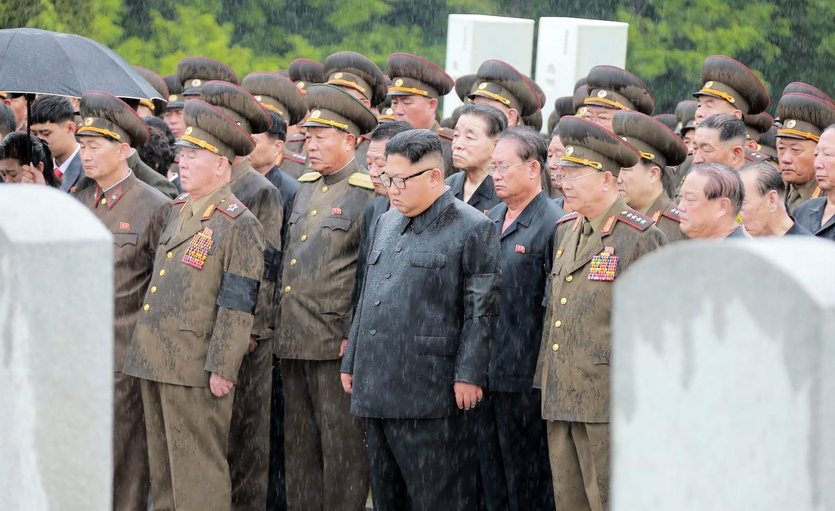 日本亞洲新聞社報道說,北韓軍官的薪水很低,必須藉由非法活動才能存活。圖為2018年8月20日,北韓領導人金正恩率領一群軍官出席前總參謀長金永春的喪禮。(KCNA VIA KNS/AFP/Getty Images)