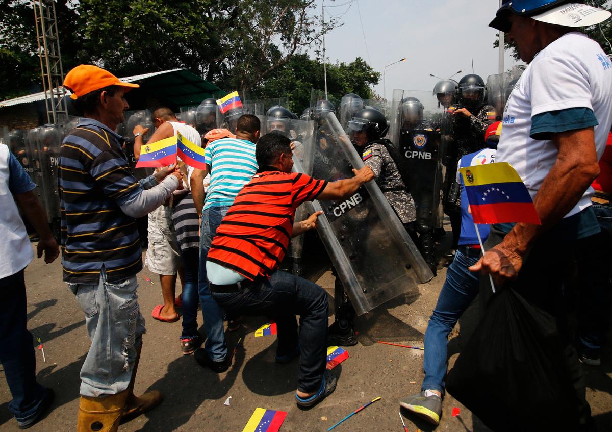委內瑞拉局勢不斷升級,馬杜羅日前控制軍隊阻擋救援物資進入委國,週六(23日)造成至少兩名平民死亡。美國副總統彭斯的助手表示,彭斯計劃周一(25日)在哥倫比亞與委國臨時總統瓜伊多會面,以示對瓜伊多的支持。(SCHNEYDER MENDOZA/AFP/Getty Images)