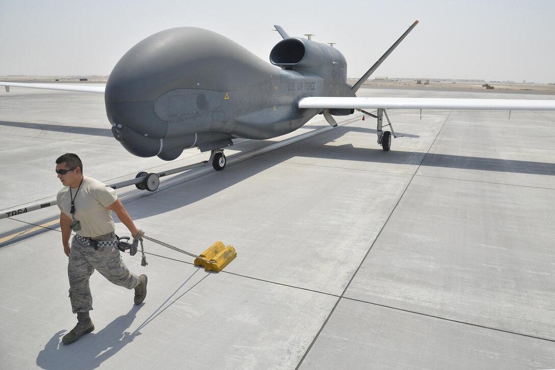 2015年9月18日,在亞洲西南部一個未公開的區域,一架RQ-4全球鷹(Global Hawk)無人機正在被送回機庫。(Tech. Sgt. Christopher Boitz/美國空軍)