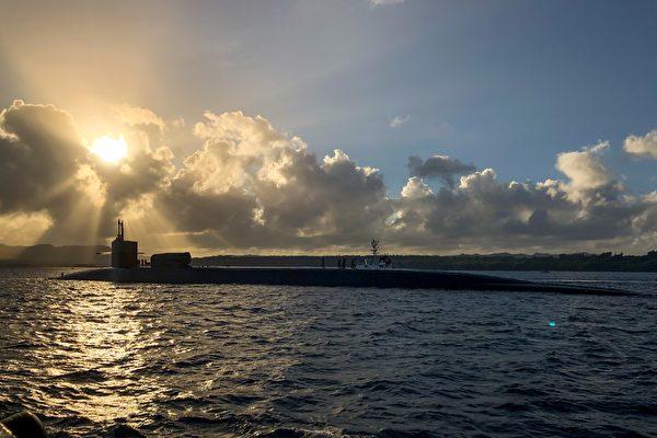 2021年1月11日,俄亥俄號導彈攻擊潛艇 (SSGN 726)在關島準備參加2021年海龍(SEA DRAGON 2021)反潛演習。(美國印太司令部推特)
