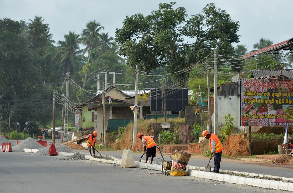 斯里蘭卡陷入中共債務陷阱,如今要花費大約80%的政府收入來支付這「史無前例」的債務。圖為中共在斯里蘭卡的築路項目。(LAKRUWAN WANNIARACHCHI/AFP/Getty Images)
