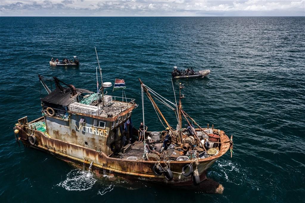 岡比亞漁工在中國籍的漁船上捕撈鯡魚,最終用來製成魚粉,船上生活條件惡劣。(美國非牟利組織「非法海洋計劃」提供)