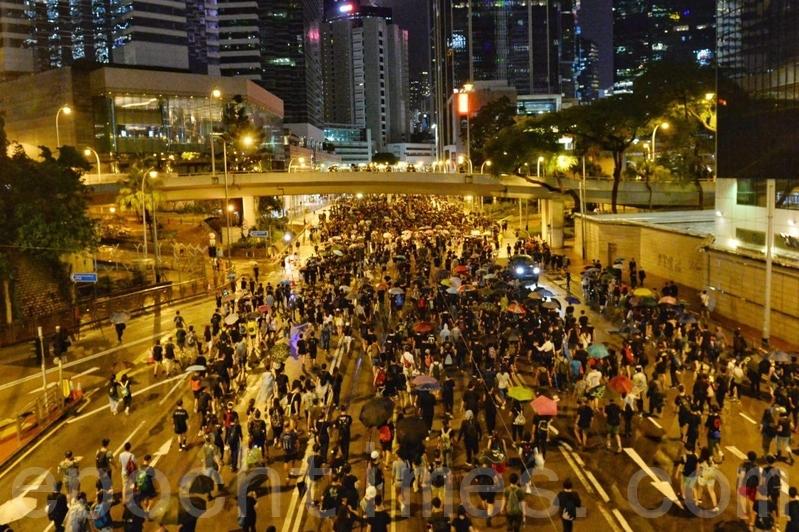 【8.18反送中】男童天橋上領喊香港人加油口號感動萬人