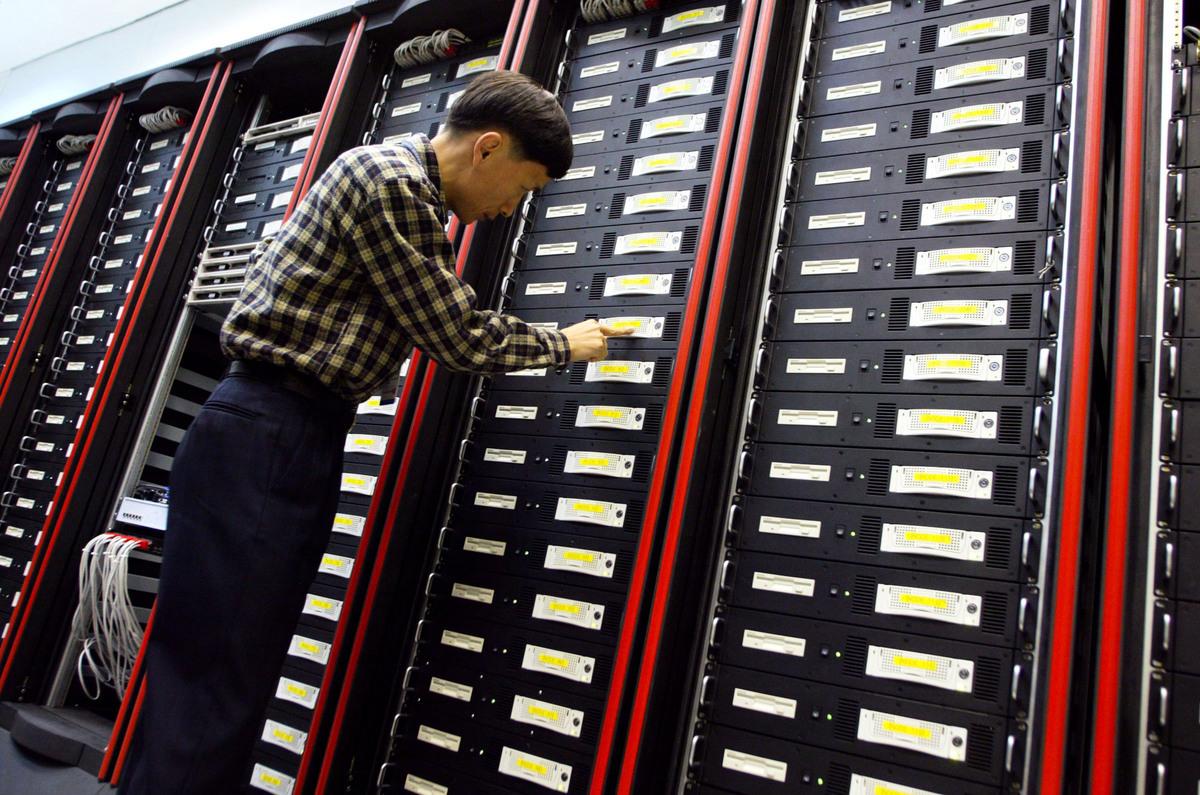 圖為南韓的一名技術人員正在檢查超級電腦。跟本文內容無關。(Chung Sung-Jun/Getty Images)