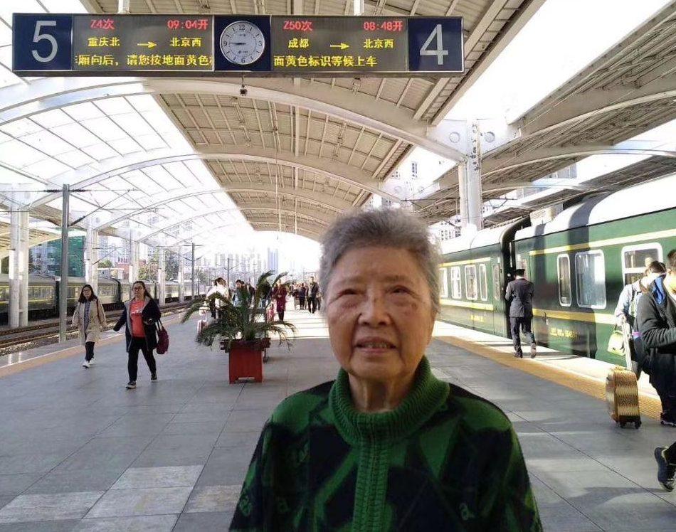 六四天網創辦人黃琦母親蒲文清,為兒赴京上訪被失蹤。圖為蒲文清在北京西站。(受訪者提供)
