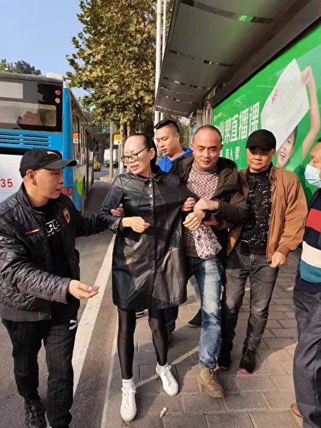 陳永霞(中)被限制人身自由,無法自主搭車出行。(受訪者提供)