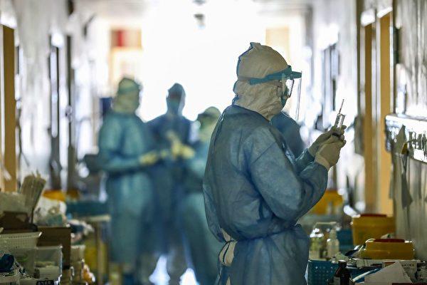 中共肺炎疫情在中共隱瞞下擴散全球。圖為武漢紅十字會醫院。(STR/AFP via Getty Images)