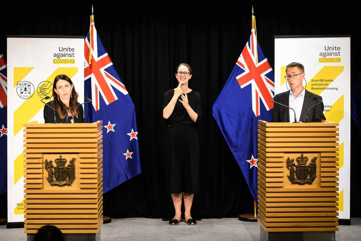 因應奧克蘭周日出現3宗本地個案,紐西蘭總理阿德恩(Jacinda Ardern)(左)2月14日宣佩奧克蘭進入三級警報。(Mark Tantrum/Getty Images)