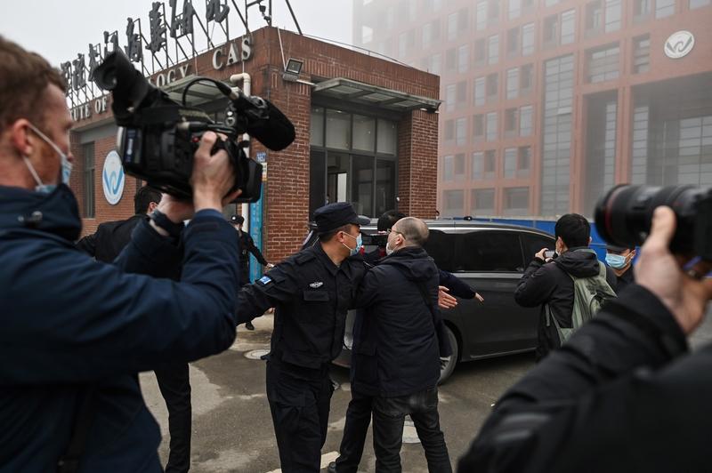 2021年2月3日,世衛專家小組到達武漢病毒研究所,調查中共病毒的來源。(HECTOR RETAMAL/AFP via Getty Images)