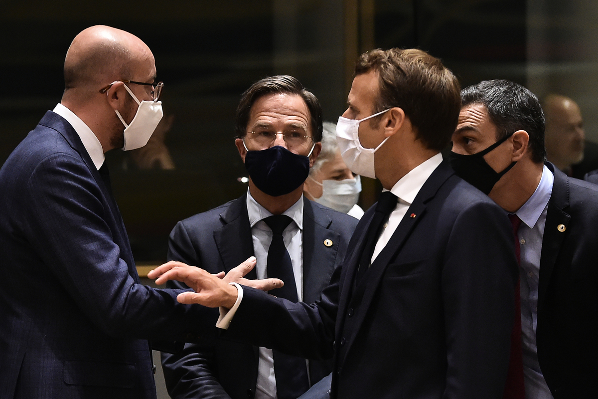 2020年7月20日,歐盟理事會主席查理斯・米歇爾(Charles Michel)、荷蘭總理馬克・魯特(Mark Rutte)、法國總統伊曼紐爾・馬克龍(Emmanuel Macron)和西班牙總理佩德羅・桑切斯(Pedro Sanchez)(從左至右)在歐盟布魯塞爾峰會上聊天。這是歐盟領導人在中共病毒疫情後首次碰頭,討論經濟救助計劃。(JOHN THYS/POOL/AFP)