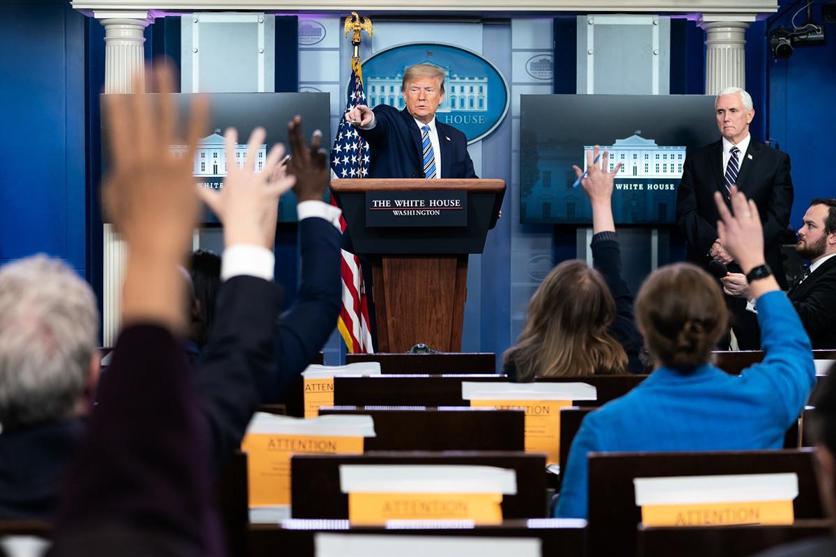 2020年4月19日,白宮簡報會(如圖)上一名華裔記者,被特朗普總統抓包,沒有做好功課。(Official White House Photo by Tia Dufour)