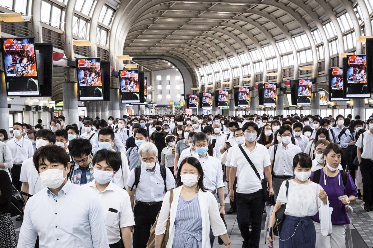圖為2020年7月10日,日本東京,品川火車站乘客大多戴著口罩。(Yuichi Yamazaki/Getty Images)