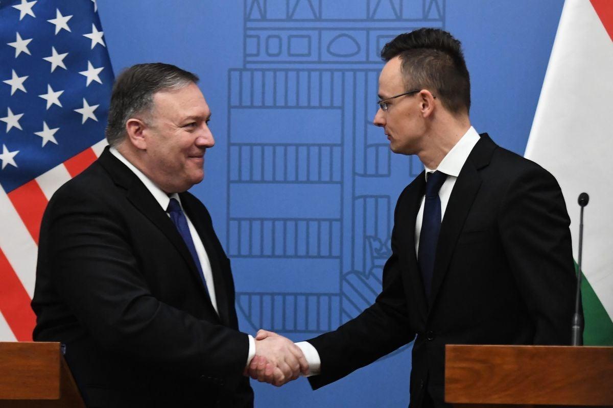 美國國務卿邁克·蓬佩奧於周一(2月11日)在訪問布達佩斯期間表示,美國將與匈牙利等國家分享,由於中國電信設備製造商華為的介入所帶來的安全隱患、使美國與各國之間的合作複雜化的信息。(ATTILA KISBENEDEK/AFP/Getty Images)