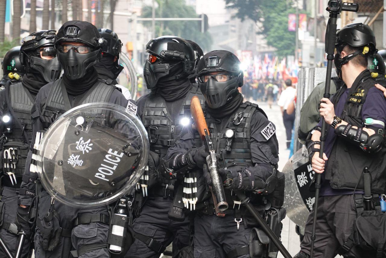 9月29日,香港灣仔警察截堵遊行隊伍要人群撤走。(余鋼/大紀元)